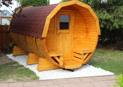 Die Garten Fass Sauna bietet bis zu 8 Personen Platz.